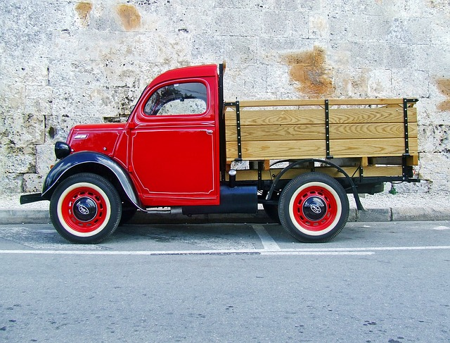 červený nákladáček, dřevěná korba