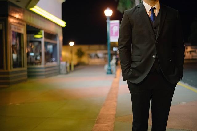 muž v obleku na ulici.jpg