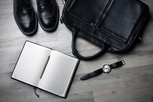 taška, hodinky, boty a zápisník