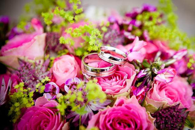 snubní prsteny na  kytici