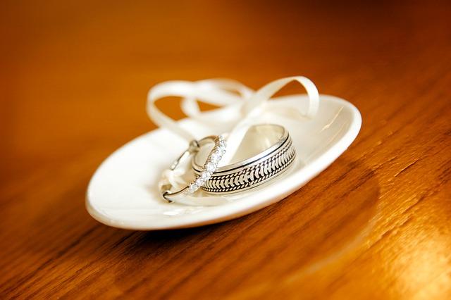 prstýnky na talířku
