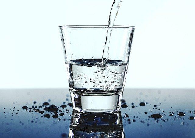 dolévání skleničky