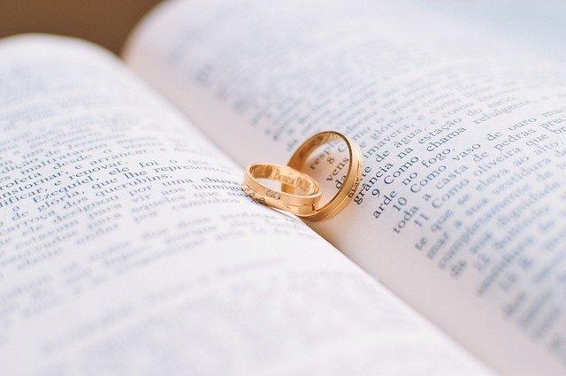 prstýnky na knize