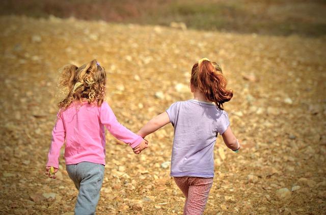 běžící holčičky