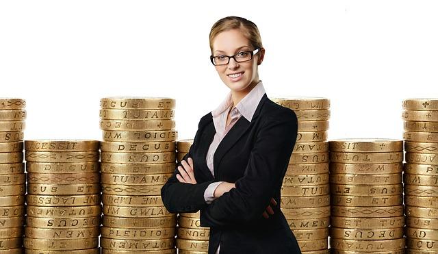 žena a zlaté mince v pozadí.jpg